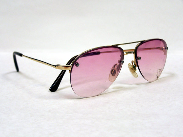 Pinky shades: sunglasses 70s style