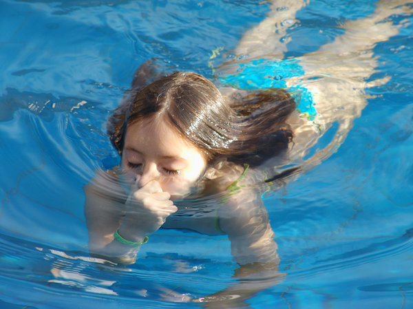 > Swimming: Nadando na piscina, Brasília, BrasilSwimming in the swimming pool, Brasilia, Brazil