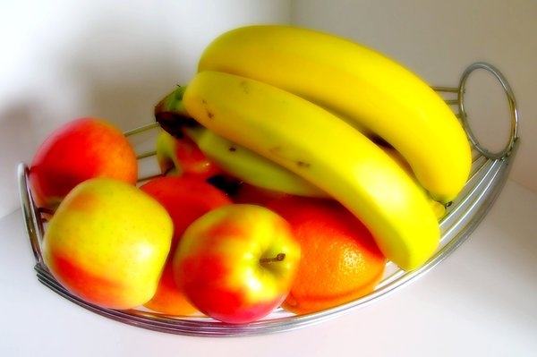 Fruit bowl: Succulent fruit in a fruit bowl.