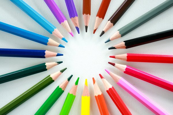 Crayon Circle: Circle of coloured crayon pencils