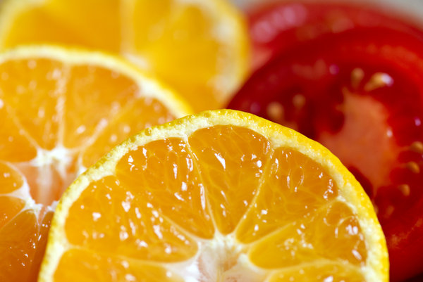 Oranges and tomatoes: sliced oranges and tomatoes