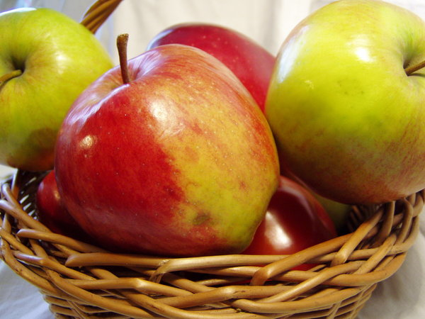 apple basket 02: second closeup
