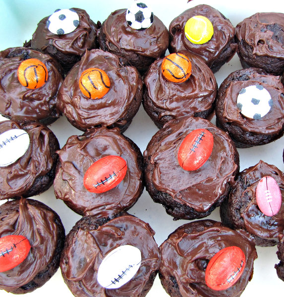 sporty chocolate cakes: iced sporty chocolate birthday cupcakes