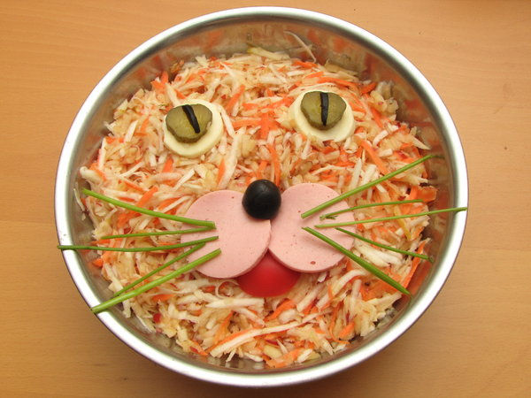 raw vegetables salad: salad top decoration - the cat