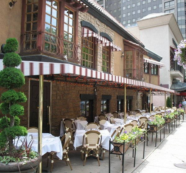 Street Cafe: street cafe with sidewalk seating in Chicago, Illinois.
