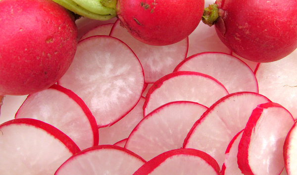round red radishes: bulk quantity of raw sliced round red radishes
