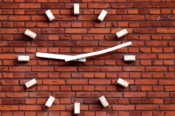 After nine eleven: Wall clock showing the time 9.12 - shotly after 9.11....