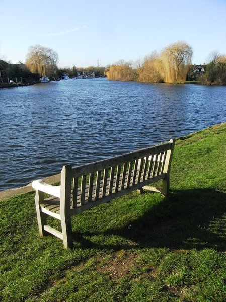 River Thames: Peaceful view of River Thames near Shepperton Weir