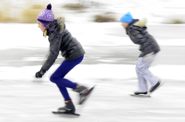 Winter fun: Speed skating children