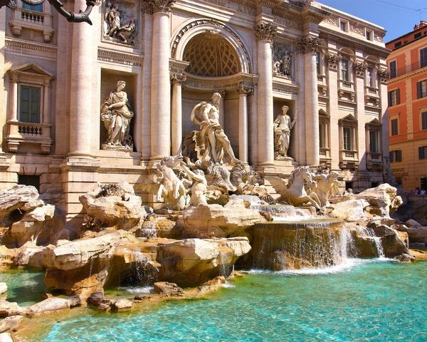 Trevia Fountain: This is Trevia fountain in Rome, Italy